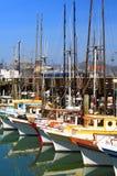 Zeilboten in Baai worden gedokt die stock fotografie