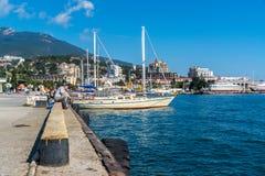 Zeilboten bij de Yalta-dijk Stock Afbeelding
