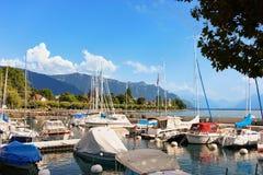 Zeilboten bij kade op het Meer Vevey Zwitserse Riviera van Genève Royalty-vrije Stock Fotografie