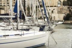 Zeilboten bij Portomaso-Jachthaven in Julian St worden vastgelegd, Malta dat royalty-vrije stock foto's