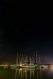 Zeilboten in de haven op het meer Stock Foto