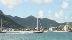 Zeilboten dichtbij Heilige Maarten stock video