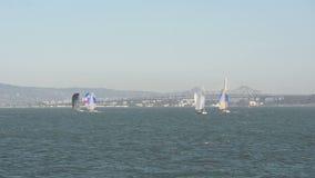 Zeilboten dichtbij San Francisco stock videobeelden