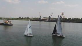 Zeilboten die op blauw water van het meer drijven De concurrentiesport van het varen Jacht en mooie zeegezichten stock footage