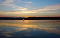 Zeilboten die op het meer varen Royalty-vrije Stock Foto's