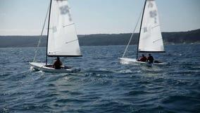 Zeilboten die voor de concurrentie in winderig weer voorbereidingen treffen stock videobeelden