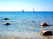 Zeilboten in Duidelijk Blauw Water met Blauwe Hemel stock foto's