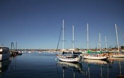 Zeilboten in een haven in San Diego stock afbeelding