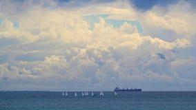 Zeilboten, een vrachtschip en een onweer Stock Foto's