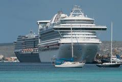 Zeilboten en grote die cruiseschepen bij de haven van Klarendijk worden gedokt stock fotografie