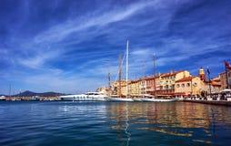 Zeilboten en jachten aan de kadehaven worden vastgelegd van Saint Tropez dat stock afbeeldingen