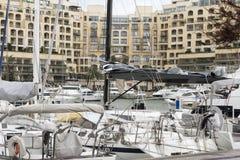 Zeilboten en jachten bij Portomaso-Jachthaven die in Julian St worden vastgelegd royalty-vrije stock fotografie