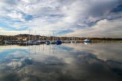 Zeilboten en jachten in nieuwe haven in Ranheim, middennoorwegen royalty-vrije stock afbeelding