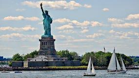 Zeilboten en Standbeeld van Vrijheid royalty-vrije stock foto's