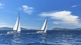 Zeilboten in het varen regatta sailing nave royalty-vrije stock fotografie