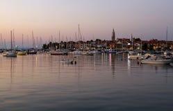 Zeilboten in Izola-haven Kleine stad en zijn die jachthaven, in Zuidwestelijk Slovenië op de Adriatische kust wordt gevestigd Royalty-vrije Stock Foto