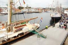Zeilboten met kleurrijke vlaggentribune bij pijler Royalty-vrije Stock Afbeelding