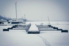 Zeilboten in Mistige Haven worden vastgelegd die Koud de winterlandschap met sneeuw en ijs royalty-vrije stock afbeelding