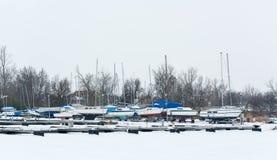 Zeilboten in Mistige Haven worden vastgelegd die Koud de winterlandschap met sneeuw en ijs stock foto