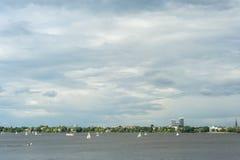 Zeilboten op Buitenalster-Meer Hamburg, die in regatta's of voor ontspanning in openlucht toetreden Stock Foto