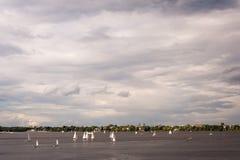 Zeilboten op Buitenalster-Meer Hamburg, die in regatta's of voor ontspanning in openlucht toetreden Stock Afbeelding
