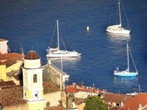 Zeilboten op de Middellandse Zee in Nice Frankrijk stock afbeeldingen