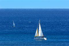 Zeilboten op diepe blauwe oceaan met duidelijke hemelhorizon royalty-vrije stock foto's