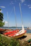Zeilboten op een meer in een zonnige de zomerdag Stock Foto