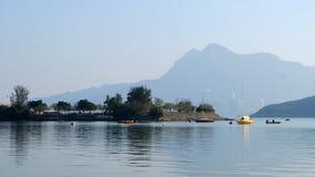 Zeilboten op het meer Royalty-vrije Stock Foto's