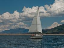 Zeilboten op het Meer van de Berg Royalty-vrije Stock Foto's