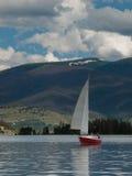Zeilboten op het Meer van de Berg Royalty-vrije Stock Fotografie