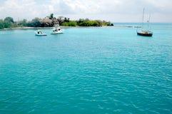 Zeilboten in tropisch water Stock Afbeeldingen