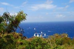 Zeilboten van de kust van Antigua onder een zonnige blauwe hemel Stock Foto