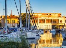 Zeilboten in Zadar-haven bij de zonsondergang Stock Foto