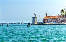 Zeilboteningang Lighthouw Kleurrijk Grand Canal Venetië Italië Royalty-vrije Stock Fotografie