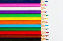 Zeile der Bleistifte auf Weißbuch Lizenzfreies Stockbild