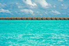 Zeile der Bungalowe auf tropischem Inselresort Stockfotos