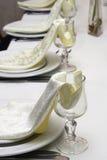Zeile der Gläser mit Servietten Stockfotos