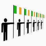 Zeile der Männer mit irischen Markierungsfahnen Stockbilder