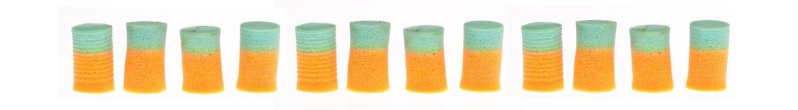 Zeile der orange und grünen Ohr-Bolzen lizenzfreie stockbilder