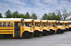 Zeile der Schulbusse Stockfotos