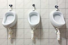 Zeile der weißen Toiletten der Porzellan-Toiletten öffentlich Stockfoto