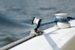 Zeile und Andrückrolle auf dem Segelnboot Stockbilder