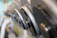 Zeile von Platte Barbells auf einer Zahnstange Lizenzfreies Stockfoto