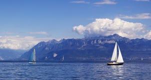 zeilen bij het Meer van Genève stock foto's
