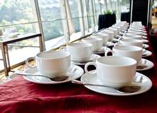 Zeilen der Kaffeetassen Lizenzfreies Stockbild