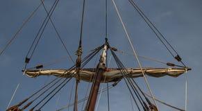 Zeilen en kabels van een oude houten boot stock afbeeldingen