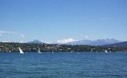 Zeilen in het meer van Genève stock foto's