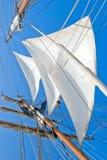 Zeilen op zeilboot royalty-vrije stock afbeeldingen