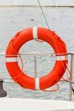 Zeilen, oranje reddingsboei op zeilboot, veiligheidsreis Stock Afbeeldingen